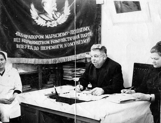 """Надпись: """"Под флагом марксизма-ленинизма, под руководством Коммунистической Партии - вперёд к победе коммунизма!"""""""